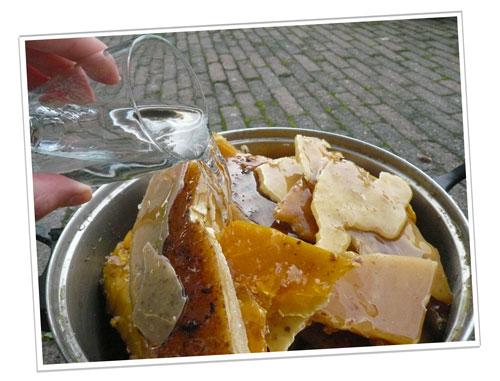 water bij de bijenwas in de pan